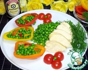 В центр тарелки выложить нарезанное ломтиками куриное филе. Горошек разложить в лодочки из перца. Украсить блюдо половинками черри и укропом.