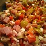 Пикантный салат с копченым сыром