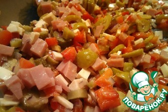 Рецепт: Пикантный салат с копченым сыром