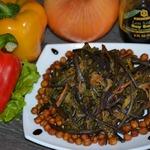 Свежий папоротник с овощами и соевым соусом