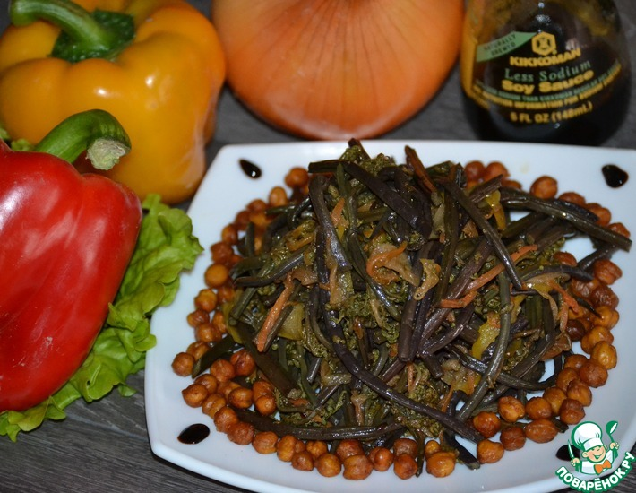 Рецепт: Свежий папоротник с овощами и соевым соусом