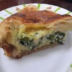 Слоеный пирог с сыром и зеленым луком