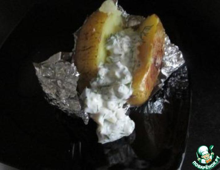 Рецепт: Запеченный картофель с селедочно-огуречным соусом