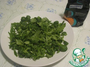 On the dish, spread the washed greens (a mix of arugula and corn).  Drizzle with vegetable oil (mustard).