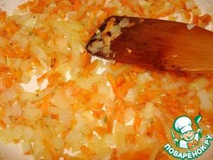 Обжариваем на сковороде на растительном масле лук с морковью и чесноком.