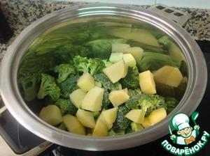 Картофель и брокколи слегка обжарить на оливковом масле.