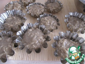 Fill muffins cups 3/4 full height. If silicone can not grease; if the shape of the metal or ceramic – it is necessary to grease with vegetable oil. The best course to silicon, the metal stick..