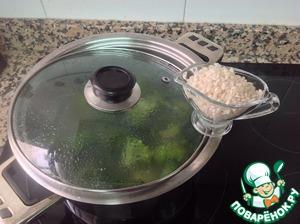 Добавить горстку риса. Варить еще 5-7 минут.