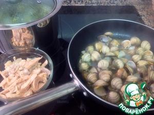 Рыбу, из которой варился бульон, отделить от костей и нарезать небольшими кусочками. Добавить в суп, вместе с ракушками.