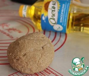 Добавить к сухой смеси масло подсолнечное и воду, замесить тесто.