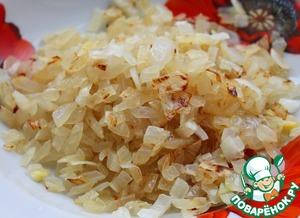Лук репчатый почистить, мелко измельчить и обжарить в небольшом количестве растительного масла до золотистого цвета.