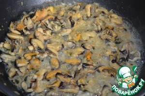 Add the mussels and cook stirring 5 minutes. Pour the wine and let it boil.