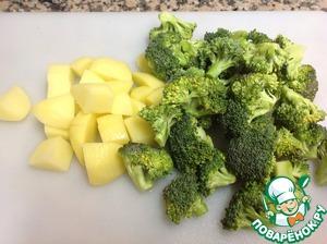 Брокколи разобрать на мелкие соцветия, картофель нарезать мелким кубиком.