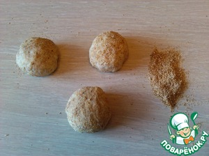 Now abenaim the dough and cut it into small balls the size of an egg (+/-)
