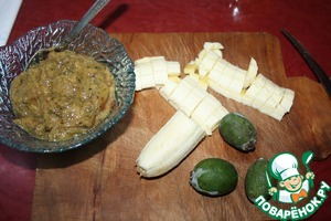 The stuffing is best to prepare in advance so that the dough does not dry out. You need to chop feijoas in a blender with sugar. You can remove the skin, increasing the weight of the feijoa. The skin is slightly bitter and tannic. However, it is not less useful than the middle of the fruit. For my taste the skin adds spice, I did not delete. Dice the banana (about 3/4 of a large banana). Mix feijoas, a banana and semolina.