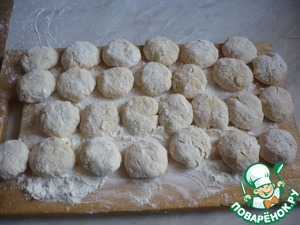 On a cutting surface pour 50 g of flour, divide the dough into equal parts, prisypaya flour. These balls turned out.