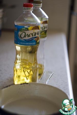 Поставьте вариться очищенный картофель (посолите). Разогрейте в глубокой сковороде растительное масло. У меня здесь половинная порция и сковородка маленькая.