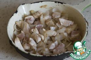 На среднем огне обжарьте лук до золотистого цвета. Добавьте куриное филе и обжарьте, помешивая, в течение 3 минут.