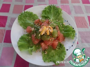 On a plate put lettuce. In the center put the pieces of grapefruit, grapes. Sprinkle with chopped dill and chopped nuts. Pour vegetable oil ( we use vegetable and olive).