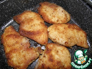 Heat in a pan the oil and fry the meat 7-9 minutes on one side, flip, and also 7-9 minutes on the other side.