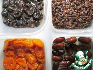 Dried fruits rinse in water and soak each species in 80 ml of boiling water. Allow to stand for not less than two hours, and it is best to leave in the fridge overnight so they have time to soften properly.