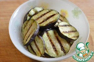 Grilled eggplant then place in a bowl, season with salt and drizzle with olive oil, leave to marinate for a few minutes.