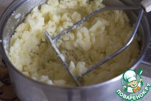 Сваренный картофель нужно потолочь. При желании добавьте немного растительного масла.