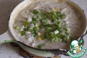 Подавать можно в классическом виде: картофель + курица с соусом и посыпать зеленым луком. А можно разложить курицу с соусом по формам, поспать зеленым луком,