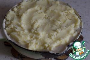 Сверху выложить слой толченого картофеля и поставить в разогретую до максимума духовку на 5 минут, или под гриль.