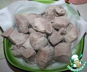 Мясо порезать на куски, припустить в кипятке, извлечь на бумажное полотенце
