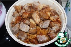 Поместить в сковороду мясо и перемешать, чтобы мясо равномерно покрылось карамелью.
