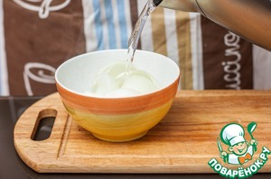 Pour the onion petals with boiling water for 10 minutes