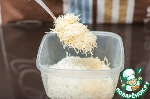 Curd proteret through a sieve, add finely grated Parmesan, but not all. 1/3 of Parmesan to be postponed.