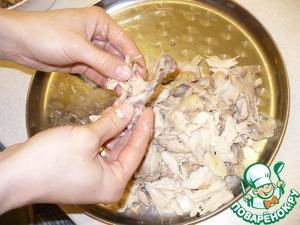 Потом начинаю руками снимать куриное мясо с костей. Мясо расщепляю на маленькие кусочки.