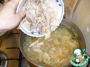 Кусочки куриного мяса я добавляю в бульон к луку с морковкой. На медленном огне под крышкой необходимо протомить все ингредиенты еще 30 мин.