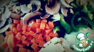 While warming up the frying pan with olive oil, clean, wash, cut vegetables.