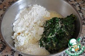4.Смешать творог, шпинат, слегка взбитое яйцо, 3 ст. л. муки, 2 ст. л. пармезана, добавить соль и перец.
