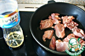 In a pan pour vegetable oil about 1cm deep, heats and place the chicken.