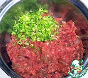 Мясо говядины пропустила через мясорубку. Сельдерей, укроп, чеснок измельчила в измельчителе и перемешала.