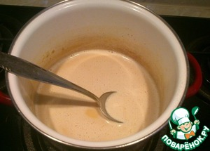 Сахар растопите в кастрюльке до коричневого цвета. Влейте понемногу подогретые сливки, помешивая, чтобы карамель растворилась.