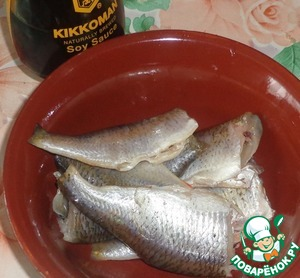 Carp to clean, gut. Cut off the head and fins. Wash well with water, especially inside the abdomen.