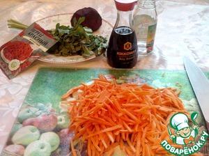 Не теряя времени шинкуем морковку на терке соломкой.