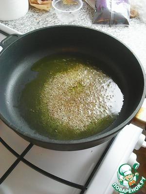 Для начала поставим вариться фасоль на маленьком огне.   К растопленному маслу добавляем горчицу и слегка обжариваем, она будет лопаться и немного увеличится в размере.