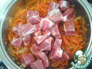 Затем добавляем томатную пасту и мясо, нарезанное небольшими кусочками.    У меня была только свинина, идеально подойдут свиные ребра. Но автор добавил еще и курицу, думаю след раз так и сделаю.    Тушим мин 15-20.