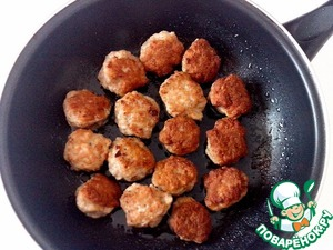 Wet hands with water and formed meatballs. In a frying pan of heated vegetable oil and on high heat quickly fry the meatballs on both sides.