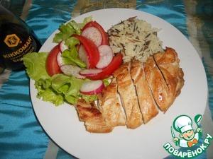 Куриную грудку нарезать, выложить салат с овощами и рис.