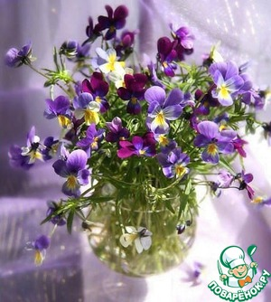 Violets are not fundamental, they can be replaced with any edible flowers. So collect the flowers. Wash under running water and dry them on a paper towel.