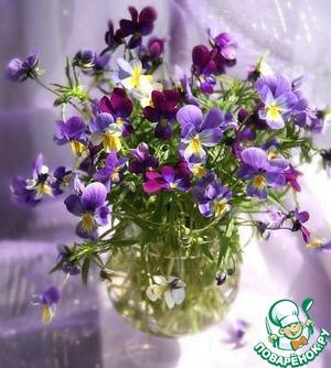 Фиалки не принципиальны, их можно заменить любыми съедобными цветами. Итак, собираем цветы. Промываем под проточной водой и сушим на бумажном полотенце.