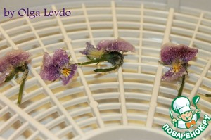 Выкладывем цветы на ярусы электрической сушилки и сушим от 3 до 4 часов