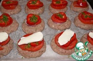 На лук кольца помидоров, а сверху болгарский перец. Посыпать укропом и накрыть кусочком моцареллы.